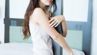 """℃-ute鈴木愛理:「ヤングガンガン」で""""卒業旅行""""グラビアへそ出し、美脚、大胆に美背中も"""