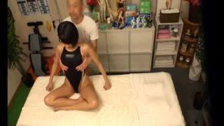 競泳水着のショートカット女子